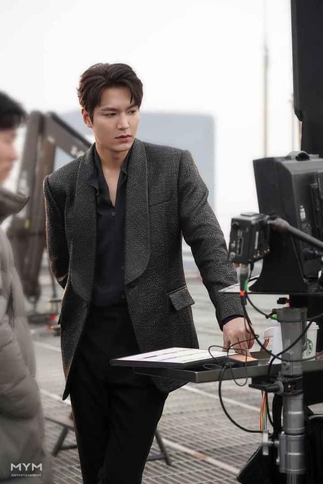 Lee Min Ho đốn tim fan với loạt ảnh chụp vu vơ ở hậu trường phim mới-4