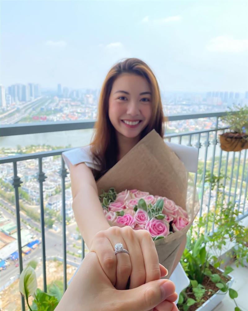 Không còn che mặt Á hậu Thúy Vân, chồng sắp cưới công khai hình ảnh hôn thê cực rõ nét!-1