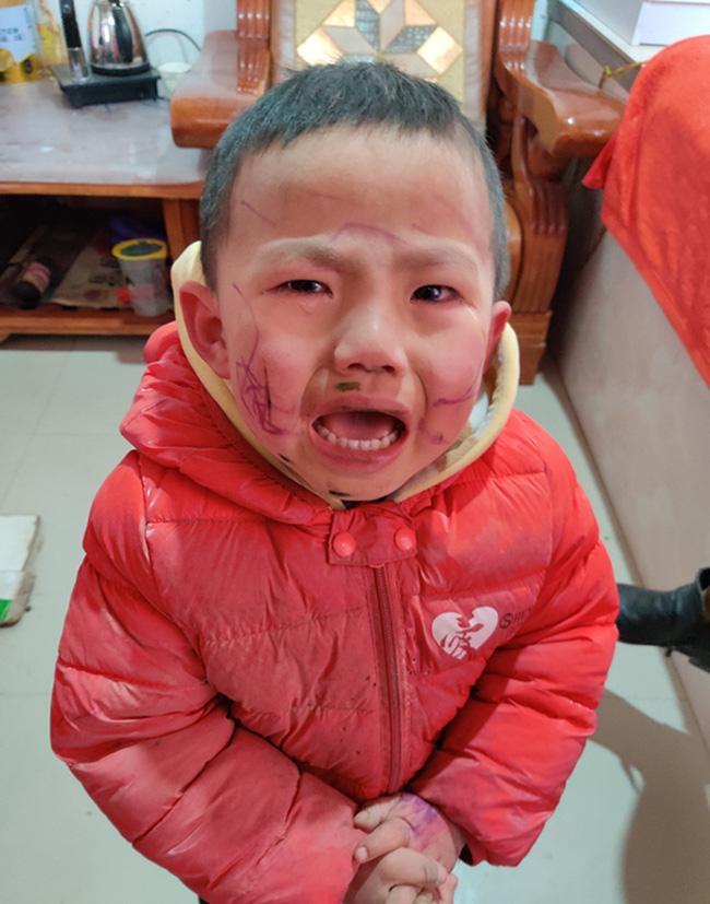 Nghịch ngợm dùng bút vẽ lên mặt, cậu bé khóc thét khi soi gương nhìn thành quả-1