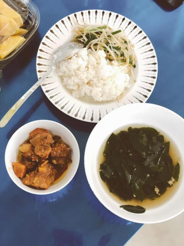 Sao Việt đánh giá thế nào về khẩu phần ăn được cấp trong khu cách ly tập trung?-11