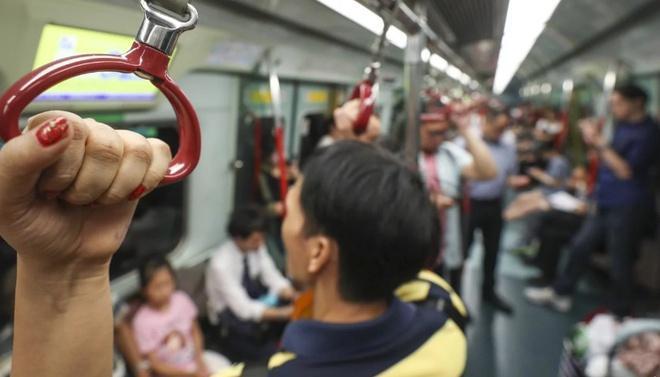 Người đàn ông liếm ngón tay rồi bôi lên tàu điện khiến MXH bức xúc-2