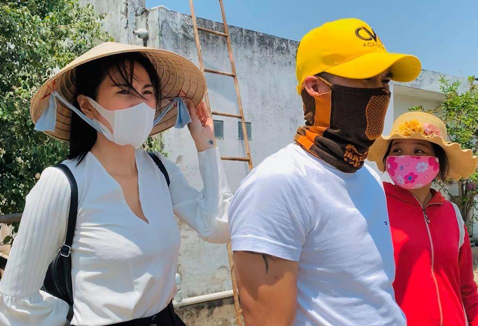 Hình ảnh đối lập của Thủy Tiên trên phim và khi đi giúp nông dân miền Tây-1