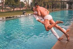 Hồ Vĩnh Khoa và bạn đời đồng tính khiến dân mạng tròn mắt với nụ hôn thách thức sự sáng tạo