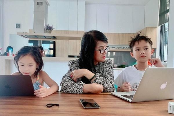 Mẹ vợ U60 cực trẻ đẹp ít ai biết của ca sĩ Lý Hải, chỉ hơn con rể đúng 10 tuổi-1
