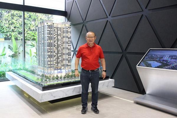 Sau 2 năm làm việc ở Việt Nam, HLV Park Hang-seo cùng vợ đi mua nhà riêng ở Mỹ Đình-2