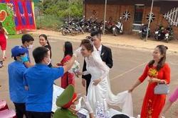 Đám cưới mùa dịch: Cô dâu chú rể cùng họ hàng 2 bên xếp hàng chờ đo thân nhiệt trước khi vào hôn trường