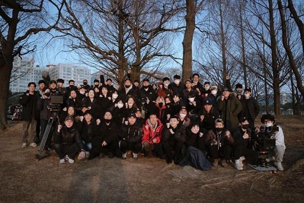 Dàn sao 'Tầng lớp Itaewon' chụp hình kỷ niệm, gửi lời cảm ơn khán giả-1