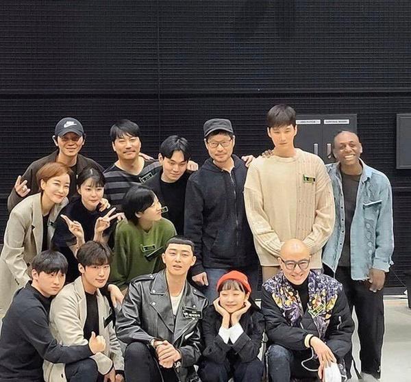 Dàn sao 'Tầng lớp Itaewon' chụp hình kỷ niệm, gửi lời cảm ơn khán giả-9