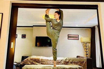 Mẹ Hồ Ngọc Hà sở hữu cơ thể dẻo dai ngang ngửa con gái dù U70