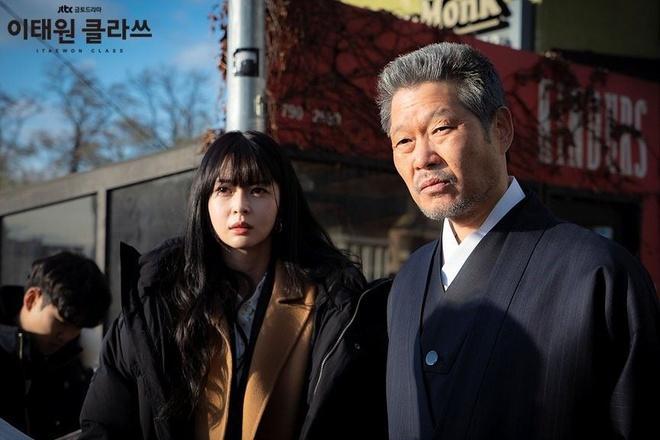 Chủ tịch độc ác ở Itaewon Class có gu ăn mặc khác biệt qua các phim-2