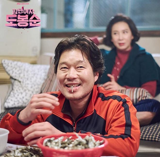 Chủ tịch độc ác ở Itaewon Class có gu ăn mặc khác biệt qua các phim-5
