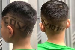 Hưởng ứng phong trào 'chống COVID-19 như chống giặc', cậu bé được bố khắc chữ đặc biệt trên đầu