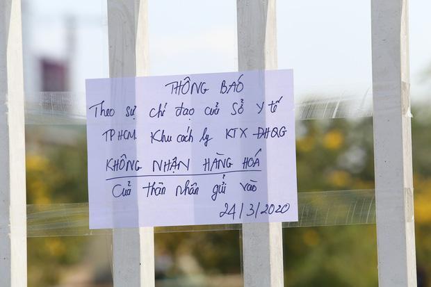 Người dân ném hàng hoá vào khu cách ly KTX ĐH Quốc Gia bất chấp có thông báo ngưng nhận đồ tiếp tế-1
