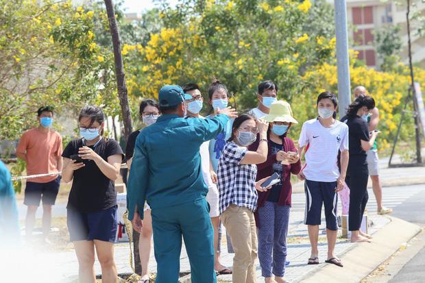 Người dân ném hàng hoá vào khu cách ly KTX ĐH Quốc Gia bất chấp có thông báo ngưng nhận đồ tiếp tế-15
