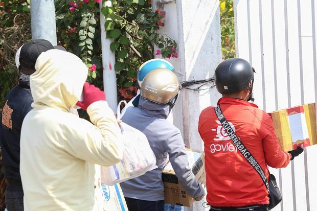 Người dân ném hàng hoá vào khu cách ly KTX ĐH Quốc Gia bất chấp có thông báo ngưng nhận đồ tiếp tế-3