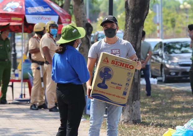 Người dân ném hàng hoá vào khu cách ly KTX ĐH Quốc Gia bất chấp có thông báo ngưng nhận đồ tiếp tế-4