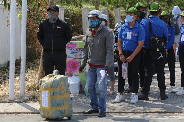 Người dân ném hàng hoá vào khu cách ly KTX ĐH Quốc Gia bất chấp có thông báo ngưng nhận đồ tiếp tế-5