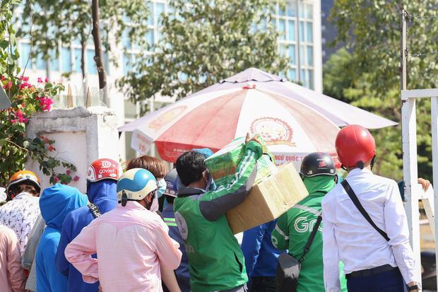 Người dân ném hàng hoá vào khu cách ly KTX ĐH Quốc Gia bất chấp có thông báo ngưng nhận đồ tiếp tế-6