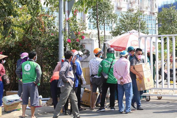 Người dân ném hàng hoá vào khu cách ly KTX ĐH Quốc Gia bất chấp có thông báo ngưng nhận đồ tiếp tế-7