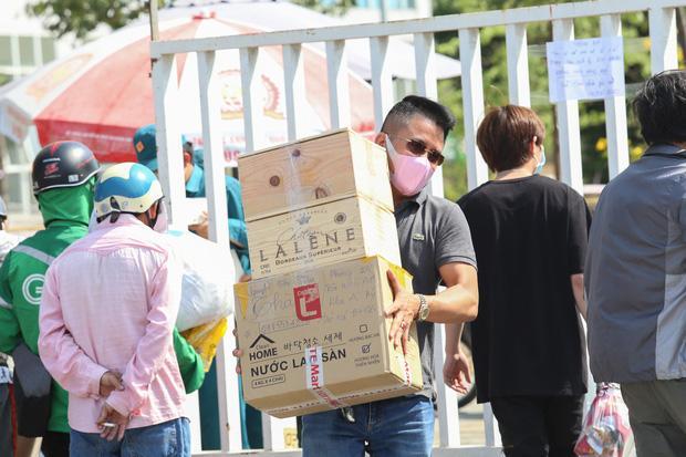Người dân ném hàng hoá vào khu cách ly KTX ĐH Quốc Gia bất chấp có thông báo ngưng nhận đồ tiếp tế-8