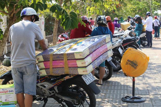Người dân ném hàng hoá vào khu cách ly KTX ĐH Quốc Gia bất chấp có thông báo ngưng nhận đồ tiếp tế-9