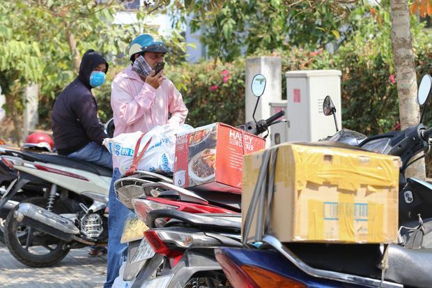 Người dân ném hàng hoá vào khu cách ly KTX ĐH Quốc Gia bất chấp có thông báo ngưng nhận đồ tiếp tế-10