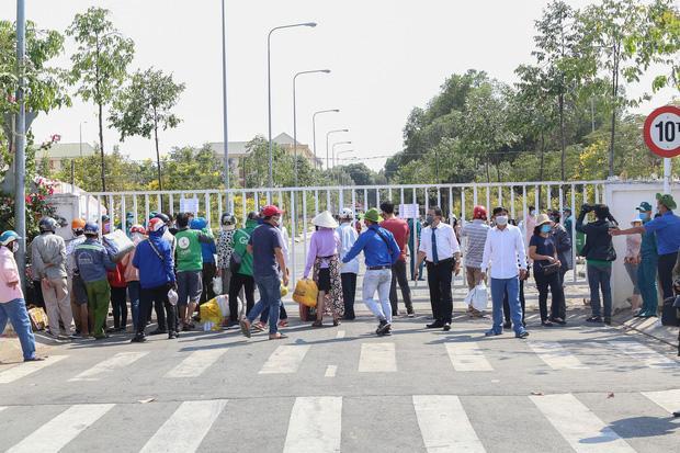 Người dân ném hàng hoá vào khu cách ly KTX ĐH Quốc Gia bất chấp có thông báo ngưng nhận đồ tiếp tế-14