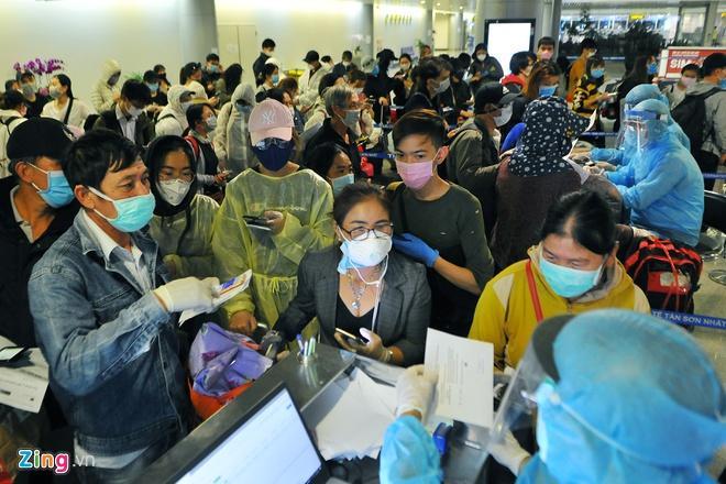 Nhiều người Việt về Tân Sơn Nhất có triệu chứng mắc Covid-19-1