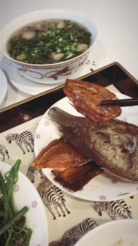 Ngọc Trinh khoe cảnh ăn cá khô, fan phát hiện con ruồi lù lù trên đĩa-1
