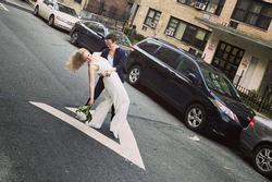 Cặp đồng tính làm đám cưới giữa đường, chủ hôn đứng từ tầng 4