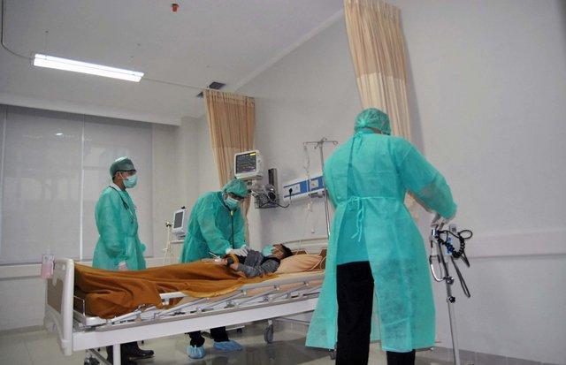 Sự thật bức ảnh bác sĩ Indonesia về thăm vợ con lần cuối trước khi qua đời vì COVID-19-2