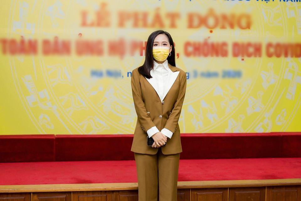 SAO MẶC ĐẸP: Mai Phương Thúy - Chi Pu cùng chọn suit kín đáo đi từ thiện-1