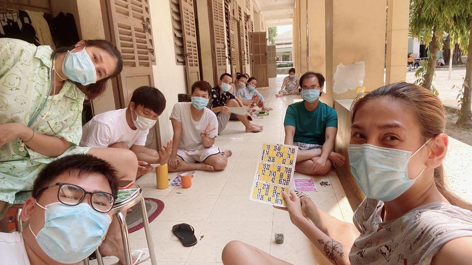 Võ Hoàng Yến và hội chị em cách ly tái chế đồ vô dụng thành vật hữu ích bất ngờ-14