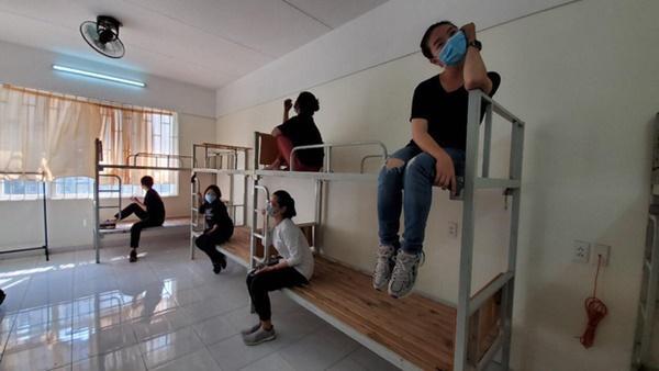 Chuyện về những người trẻ thầm lặng dọn sạch hàng nghìn căn phòng ngập bụi cho du học sinh về cách ly tại KTX ĐHQG-1
