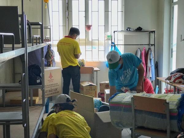 Chuyện về những người trẻ thầm lặng dọn sạch hàng nghìn căn phòng ngập bụi cho du học sinh về cách ly tại KTX ĐHQG-3