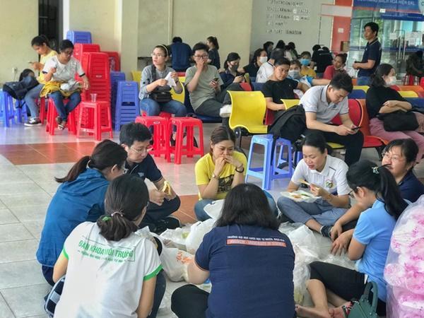Chuyện về những người trẻ thầm lặng dọn sạch hàng nghìn căn phòng ngập bụi cho du học sinh về cách ly tại KTX ĐHQG-6