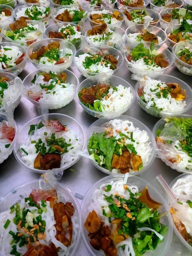 Dân mạng thế giới khoe bữa ăn đầy đủ trong khu cách ly-9