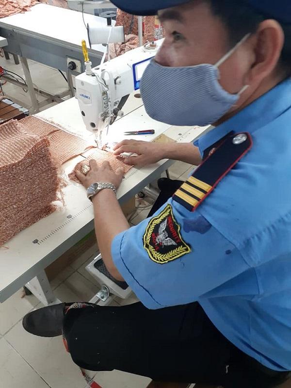 Công nhân nghỉ nhiều vì dịch, chú bảo vệ già lọ mọ học may, hỗ trợ sản xuất-1