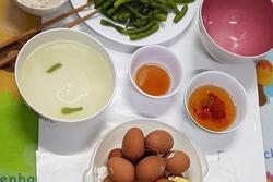 Nhói lòng bữa cơm tối nấu vội lúc 10 rưỡi đêm của đội lấy máu xét nghiệm lưu động chỉ có rau và trứng luộc