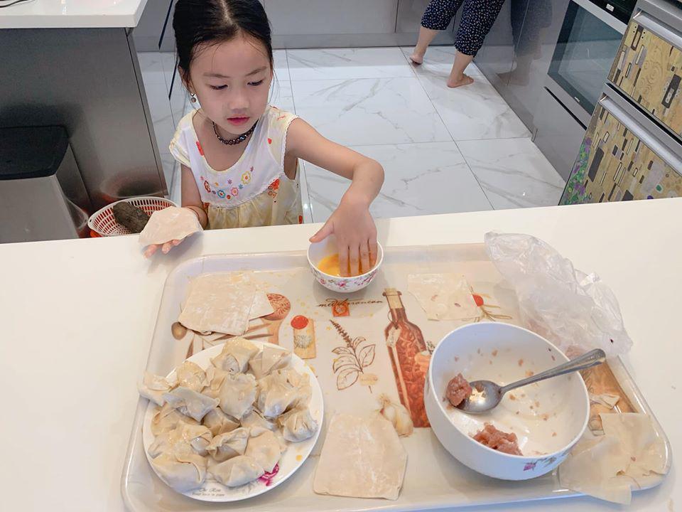 Mẹ 3 con Ốc Thanh Vân méo mặt vì bài vở của con ngày dịch, nhìn lịch học mà choáng-6