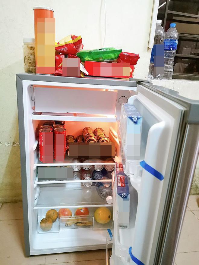 Chê khu cách ly bẩn lắm mầm bệnh, nữ du học sinh Úc gây phẫn nộ với chiếc tủ lạnh chứa cả núi đồ ăn vặt-4
