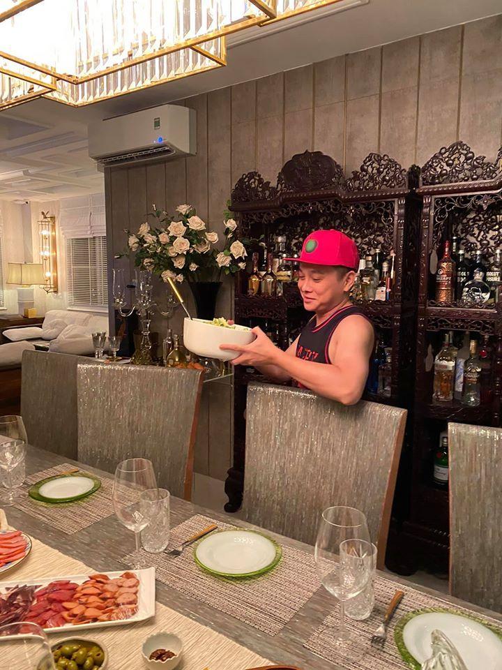 Bà xã Bình Minh được người đàn ông đặc biệt vào bếp nấu ăn chúc mừng sinh nhật-4