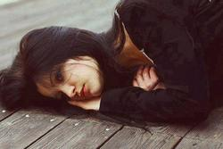 Nhìn xấp tiền dày cộm của mẹ người yêu, tôi ứa nước mắt khi nghe từng lời ghét bỏ của bà