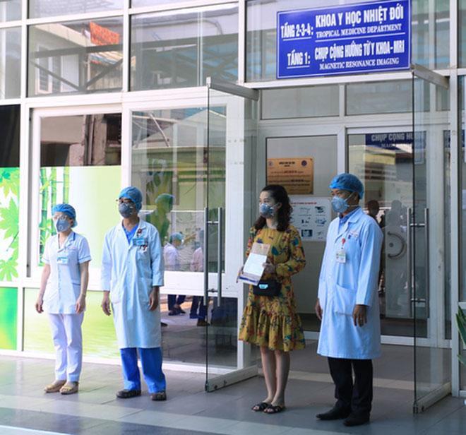 Clip: 3 bệnh nhân Covid-19 ở Đà Nẵng vui mừng xuất viện, Việt Nam đã chữa khỏi 20 ca-4