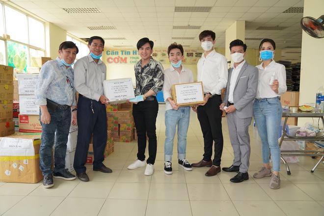 Hòa Minzy, Đức Phúc mặc kín ra Hà Nội, góp 300 triệu đồng chống dịch-2