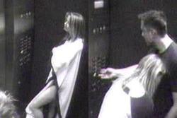 Lộ ảnh Amber Heard âu yếm tỷ phú ở thang máy khi còn là vợ Johnny Depp