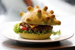 Nhờ ý tưởng làm bánh hăm-bơ-gơ Corona độc lạ, chàng trai Việt được báo nước ngoài khen ngợi