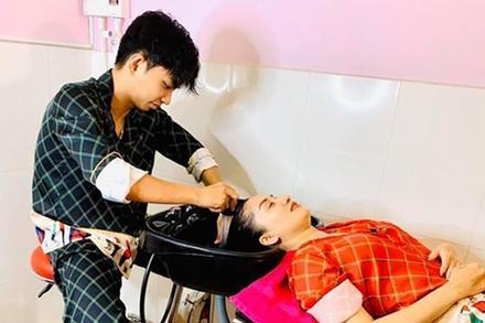 Hội chị em ghen tỵ 'không hề nhẹ' khi chứng kiến Phan Hiển gội đầu cho Khánh Thi