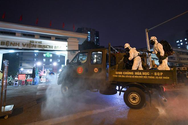 BV Bạch Mai được tiêu trùng khử độc, Binh chủng Hoá học huy động 10 xe chuyên dụng làm việc trong đêm-1