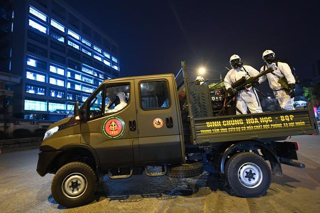 BV Bạch Mai được tiêu trùng khử độc, Binh chủng Hoá học huy động 10 xe chuyên dụng làm việc trong đêm-2